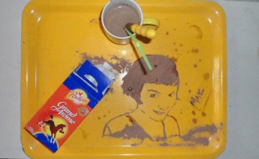 Француженка рисует быстрые картины напитками и едой