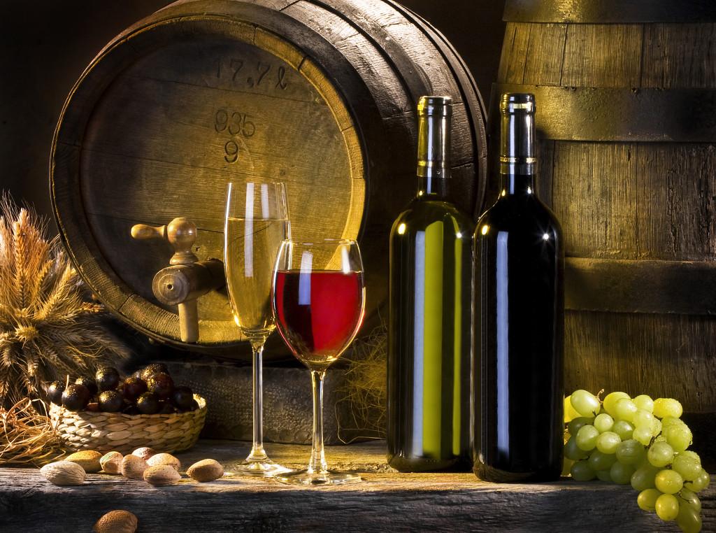 400490_bochonki_vino_krasnoe_beloe_vinograd_butylki_bokal_7700x5736_(www.GdeFon.ru)