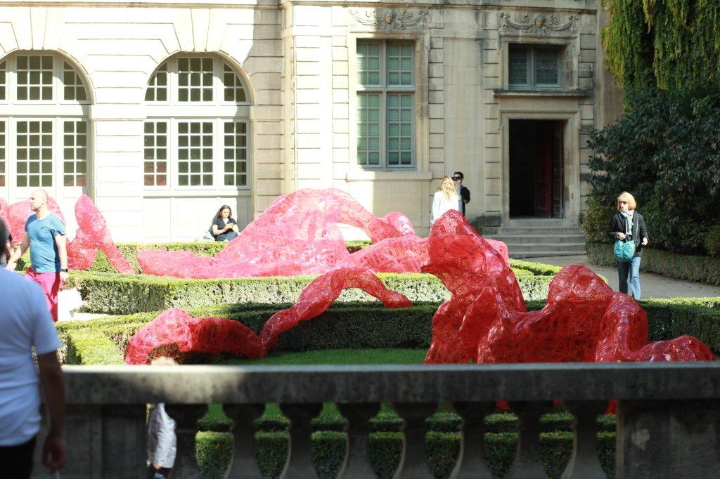 Современное искусство в дворике отеля Сюли
