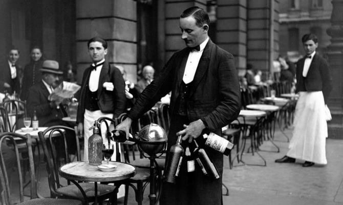 Право на усы  парижских официантов